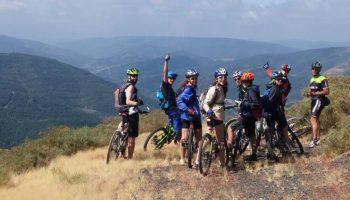 Un grupo de jovenes que va a montar bicicleta.