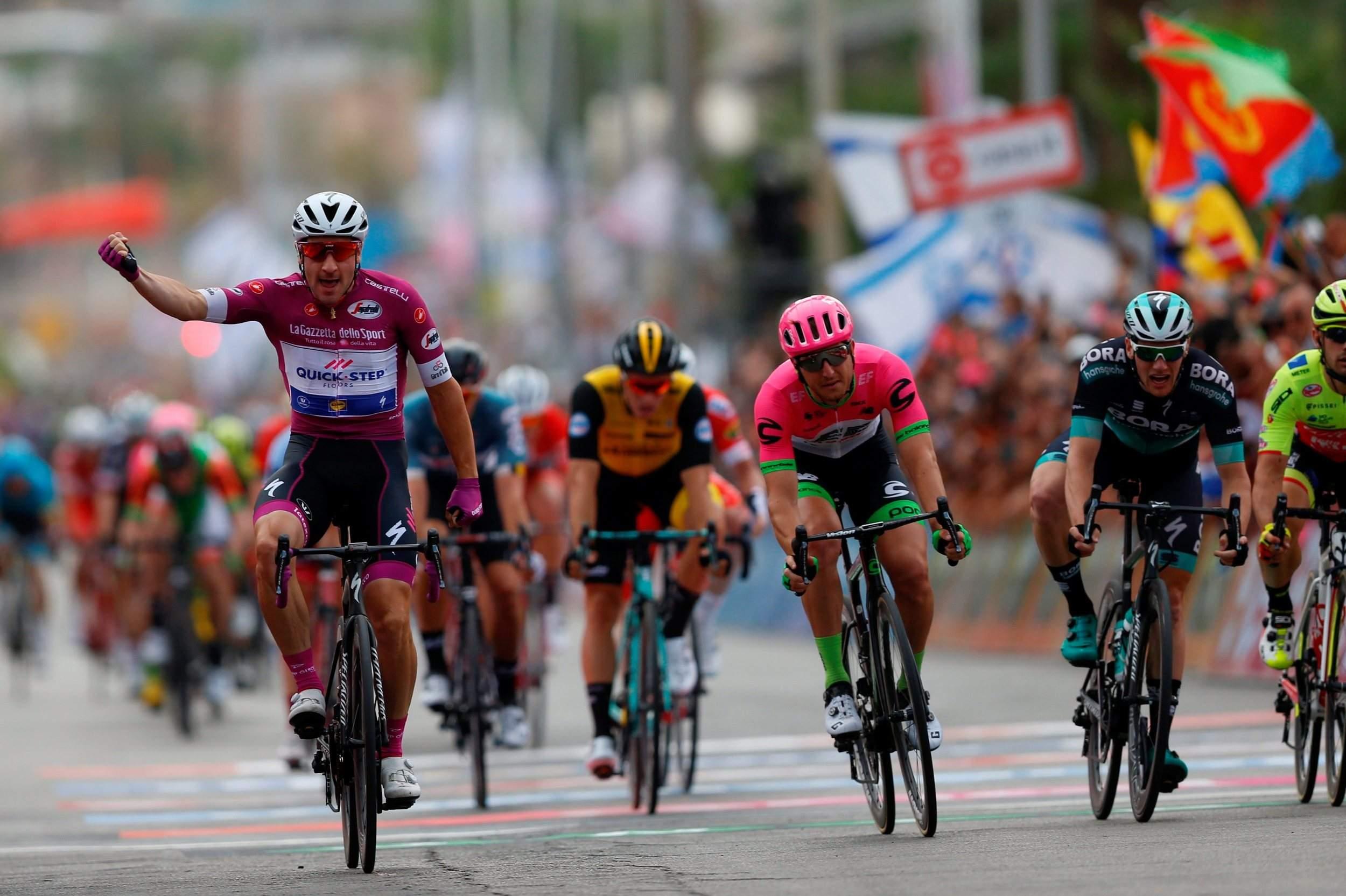 Llegada de Elia Viviani en la tercera etapa del Giro.